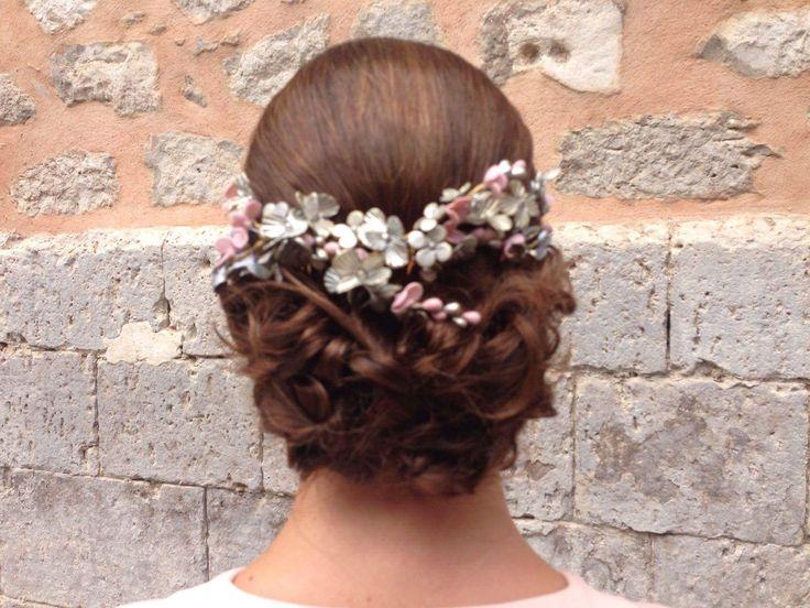 Corona para novia en flores plata y nude. Un detalle delicado y exclusivo para tu look nupcial