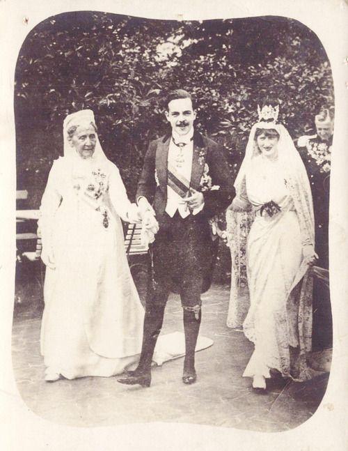 4 septembre 1913 : mariage de la princesse Augusta-Victoria de Hohenzollern-Sigmaringen (1890-1966) et du roi Manuel II du Portugal (1889-1932). Le roi tient la main de la princesse Louise grande-duchesse de Bade