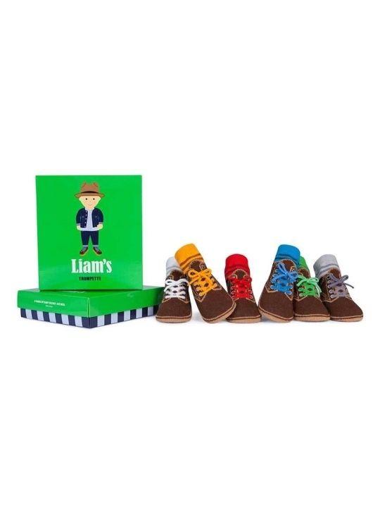 Caja de Calcetines Liam's de Trumpette Trumpette Caja de Calcetines Liam's La cajita de Trumpette Liam's consta de seis pares de calcetines para bebes entre 0 y 12 meses. Estos divertidos calcetines simulan la forma de unos zapatos de montaña. Los seis pares de calcetines son de distintos colores, tal y como puedes ver en las fotos, para que puedas llevar a tu bebé combinado con cualquier color de ropa. Vienen presentados en una preciosa caja, perfecta para rega