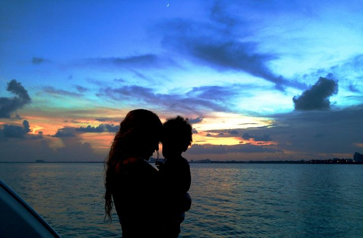 Sunset girls: Τα δύο κορίτσια χάνονται στο ηλιοβασίλεμα και ο υπερήφανος μπαμπάς Jay Z απαθανατίζει τη στιγμή.
