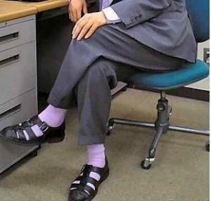 Черные ботинки белые носки короткие брюки
