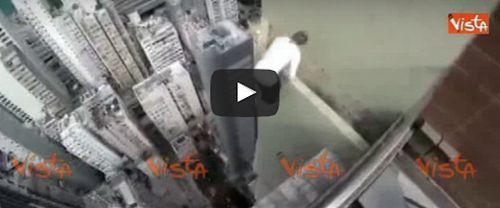 Cronaca: #Acrobazie #terrificanti sui #cornicioni di un grattacielo. Il video è subito virale (link: http://ift.tt/2oHa2uf )