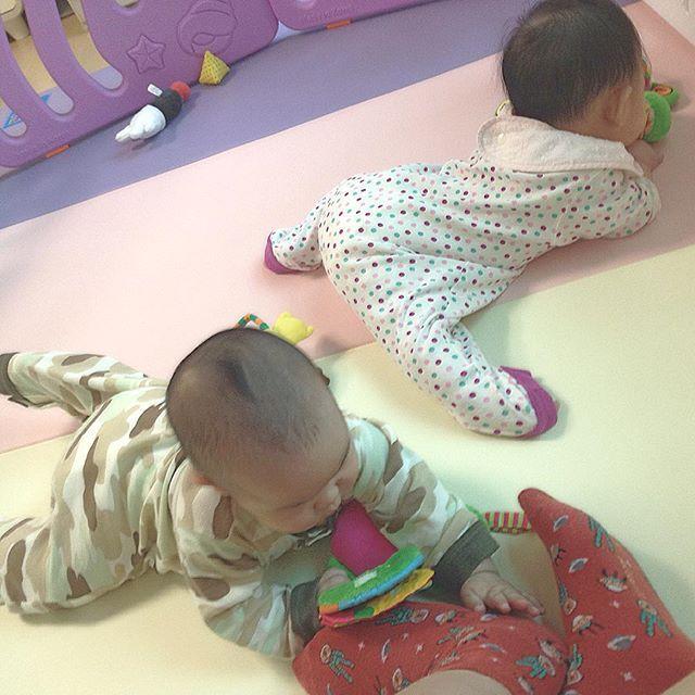 . 엄마발이 좋아~ . #육아 #딸둥이 #쌍둥이  #baby #あかちゃん # #twin #双子 #ふたご #そうし #아기 #bebé #niño #niña #발 #애기발 #もぞもぞ