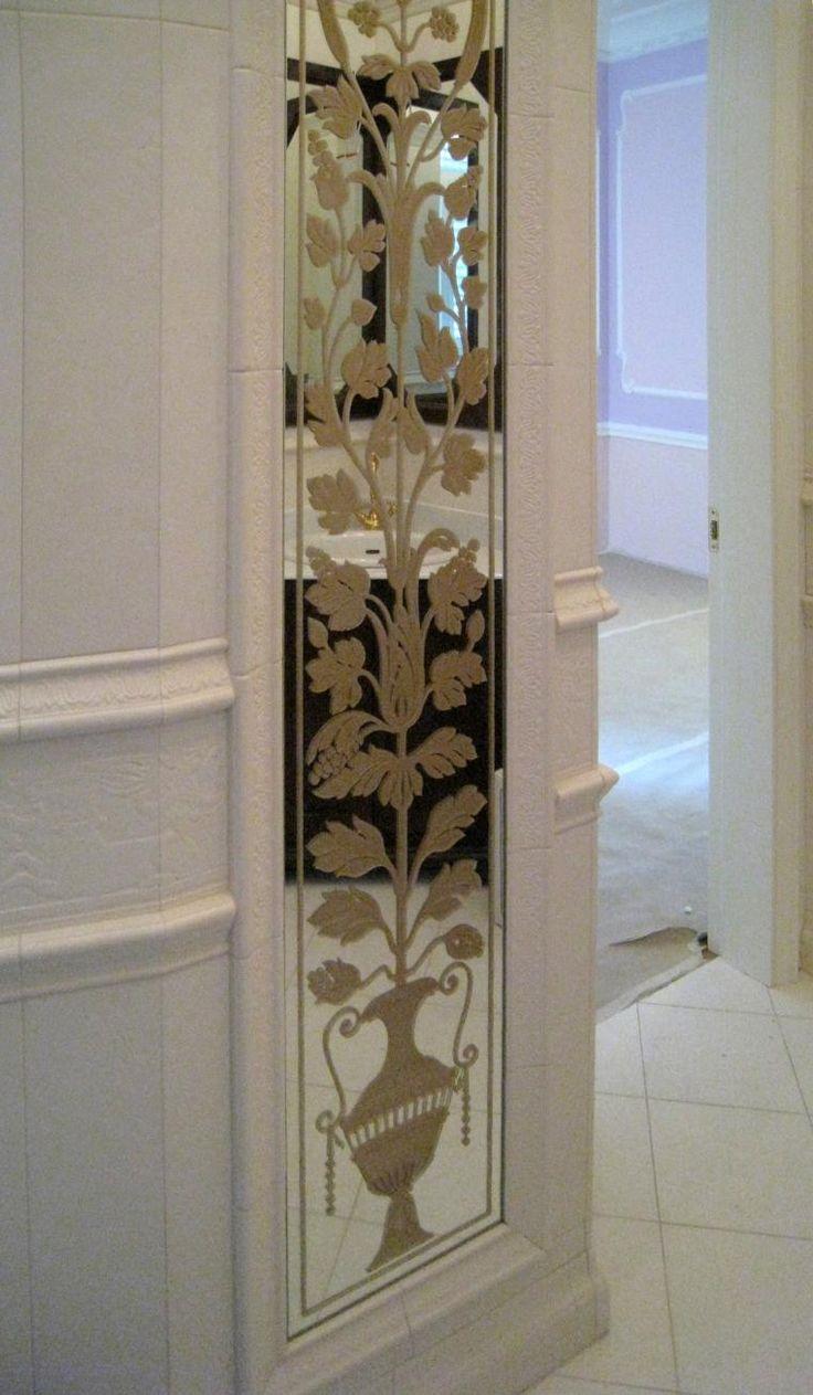 Зеркало в нише. Рисунок на зеркале изготовлен по технологии рельефной, многоплановой пескоструйной гравировки с лакокрасочным покрытием «старое золото». Рисунок нанесен на стороне амальгамы. #artglass #студияжогина #жогин #витражи #витражиспб #изготовлениевитражей #витраживинтерьере #артгласс