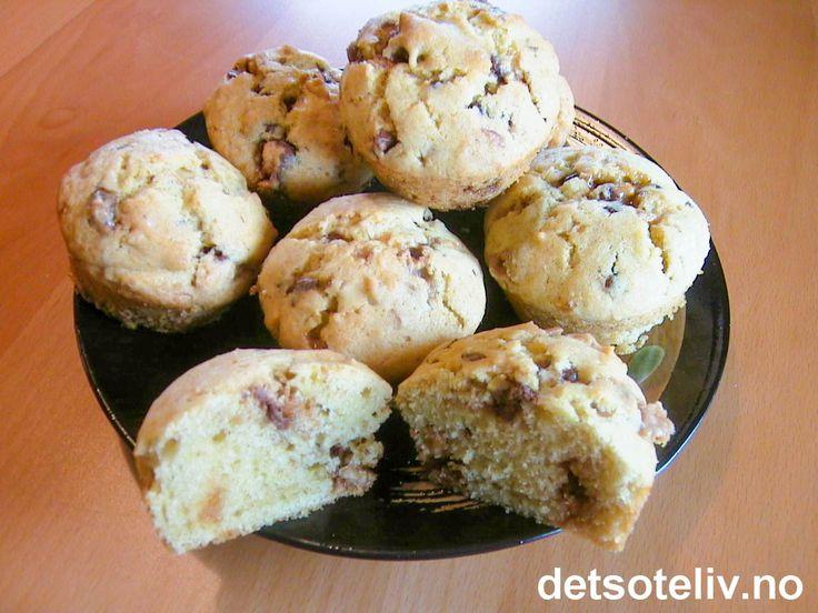 Ja, disse muffinsene inneholder faktisk ordentlig Snickers! Og gjett om de er KJEMPEGODE! Muffinsene blir veldig myke og får en utrolig deilig smak av sjokolade, karamell og peanøtter. Oppskriften gir 12 stk.