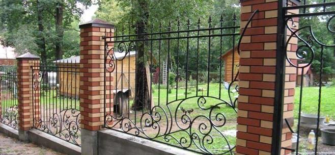 Картинки по запросу кирпичный забор с решетками и каменными колпаками и парапетами