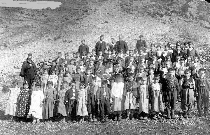 Adana-Feke 1912 Ermeni yetimler..bu notu yazan,,biraz tarih okusun,,ermeni soykırımı diye böğürenler,,birinci ağızdan,süngülerle türkleri nasıl katlettiğini okuyup öğrensinler lütfen,,,