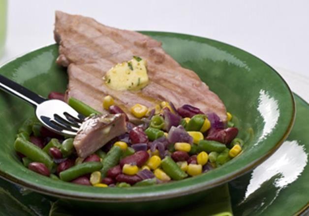 Atum grelhado com salada de feijões e milho