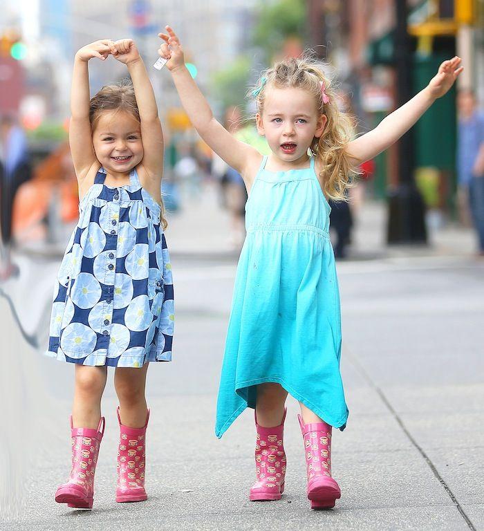 Ιούνιος 2013: Τα κορίτσια σε τρελά κέφια, με φορεματάκια σε μπλε αποχρώσεις και ίδιες φούξια printed γαλότσες.