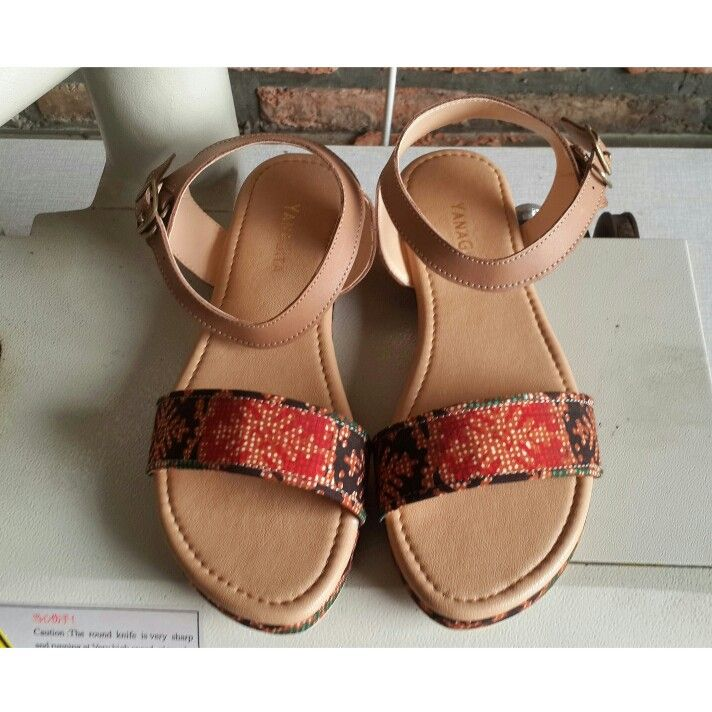 Senandini sandals in mocha leather with batik
