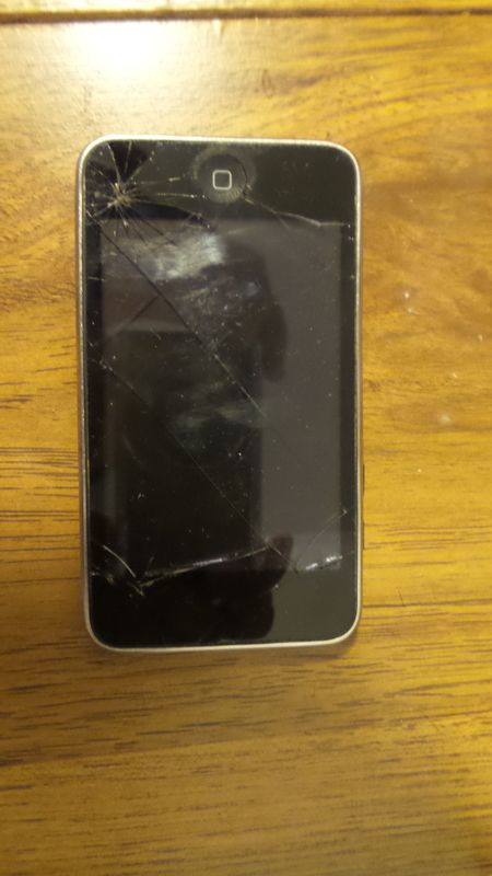 Ipod 8 Gb 3rd gen working Cracked screen