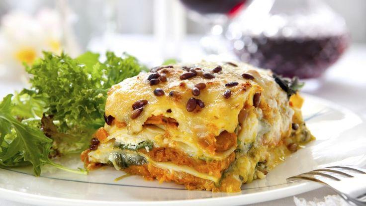 Vegetar lasagne med grøn salat og brød er en lækker dansk vegansk opskrift af Thomas Toftdahl, se flere grøntsagsretter på mad.tv2.dk