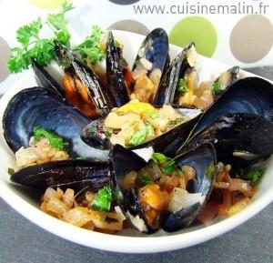 La recette des Moules marinières par cuisine malin. Un plat léger toutes saisons. Idéal pour la préparation du Moules Frites.  http://www.cuisinemalin.fr/moules-marinieres