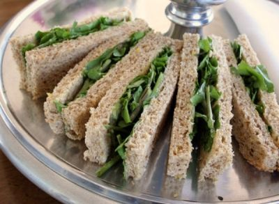 Θέλεις κάτι γρήγορο αλλά όχι και τόσο πρόχειρο για σνακ στο γραφείο; Σου έχουμε τη λύση! Θα χρειαστείς.. για τα σαντουιτσάκια με κάρδαμο: 6 φέτες ψωμί...