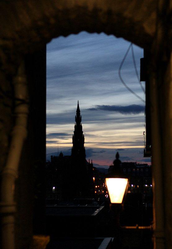 Advocate's Close at dusk