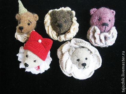 Броши медведи. Брошки-мишки.  Идея такой брошки пришла мне в голову вместе с новым свитером и одновременным заболеванием 'медвежьей болезнью'.  Это совсем не страшно и уж совсем не связано с расстройством пищеварения.