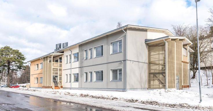 Lohjalle pystytettiin helmikuussa 1600 neliön koulu puumoduuleista parissa viikossa. Koulun toimittaneen Elementit-E Oy:n toimitusjohtaja Veli Hyyryläinen kehuu rakentamisaikaa jopa maailmanennätykseksi.