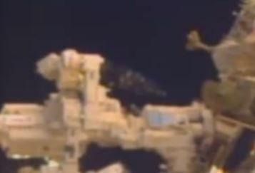 Filmagem ao vivo recente mostra novo OVNI / UFO visitando a Estação Espacial Internacional
