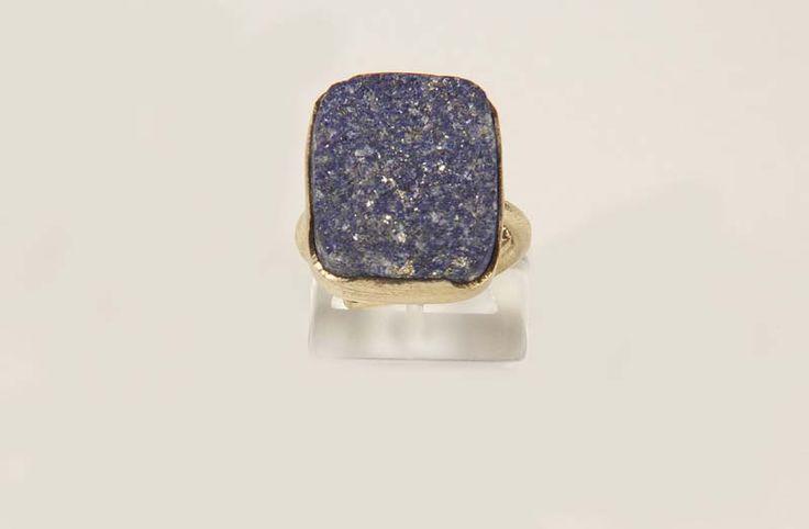 Ο Λάπις Λαζούλι κατά την αρχαιότητα θεωρήθηκε η Πέτρα της Σοφίας, και η αξία της ήταν τόσο πολύτιμη όσο και ο χρυσός.  O Μέγας Αλέξανδρος έφερε στην Ελλάδα αμέτρητα αντικείμενα από αυτή την πέτρα. Οι αρχαίοι Αιγύπτιοι τη θεωρούσαν μια βασιλική πέτρα, την χρησιμοποιούσαν σε μορφή σκόνης στην κορφή του κεφαλιού τους γιατί πίστευαν ότι έτσι θα εξαγνιστούν στον πνευματικό κόσμο. Καταπολεμά την κατάθλιψη και το άγχος. Ενδυναμώνει τους δεσμούς της αγάπης, της φιλίας και αυξάνει την αυτοπεποίθηση.