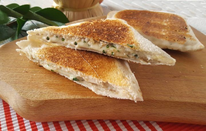 Toast con crema di funghi cremoso e filante comfort food