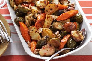 Dile NO a los platillos aburridos de verduras. Gracias a esta receta puedes optar por este sabroso acompañamiento de coles de Bruselas, zanahorias y papas mezcladas con un aderezo fuerte.