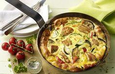 Hähnchen-Gemüse-Frittata - Kohlenhydratfreie Rezepte für die Low carb Diät - Zutaten (für 4 Personen): 300 g Hähnchenbrust 1 Zwiebel 2 Knoblauchzehen 1 Zucchini 1 kleine Aubergine 1 rote Paprika 1 gelbe Paprika 12 Kirschtomaten 1/2 Bund Petersilie...