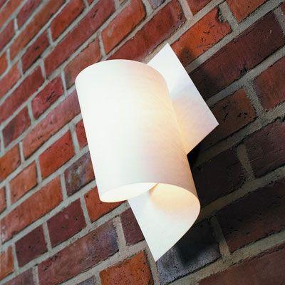 DOMUS 木製ブラケットライト  TUBE  シェードの巻き方を変えることによって、何通りかのデザインを楽しめるユニークなデザイン。また、シチュエーションに合わせて上下を反転させて、光の向きを変える事も出来ます。ハンドペーパーのような風合いを持つシェードから放たれる柔らかい光の陰影が美しい照明です。