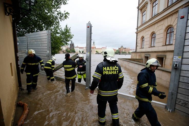 Hasiči připravují protipovodňovou zábranu na pražské Kampě