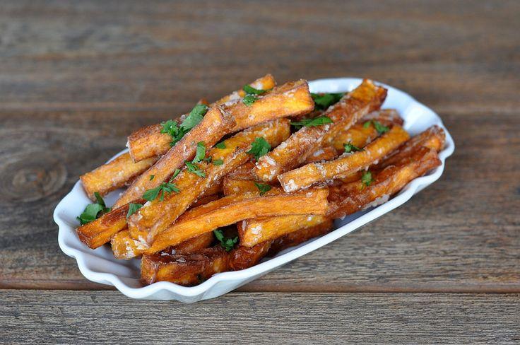 Knusprige Süßkartoffel-Pommes zu Hause selber machen. Die Süßkartoffel ist mittlerweile auch in Deutschland weit verbreitet und gerade Süßkartoffel-Pommes sind eine trendige und sehr leckere Beilage. Knusprige Süßkartoffel-Pommes Doch richtig knusprige... #beilagen #frittieren #süßkartoffeln