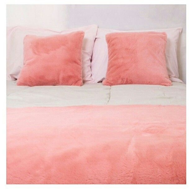 Domingo gelaaaaado por aqui! A vontade é de ficar na cama quentinha com a Capa para Almofada Pêssego Hygge e a Peseira Hygge Pêssego❄⛄❄ #nahyggedecortem #almofada #peseira #pelosintetico #pelefake #inverno2017 #quarto #homedecor