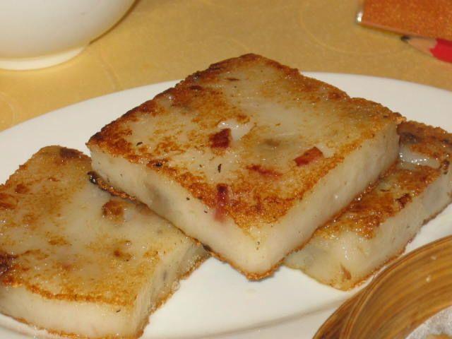 Fried Carrot Cake, ou Bolo de Cenoura frita é outro prato comum em Cingapura, seus habitantes tem habito de comer durante todo o dia, seja no café da manhã, almoço, ou até mesmo jantar. Ingrediente principal é o nabo (mais comumente conhecido como cenoura branca em Cingapura). O Nabo é ralado e depois misturado com farinha de arroz. Juntamente com a água, a mistura é agitada durante o cozimento. Em seguida, a espessa mistura é vertida em um tabuleiro redondo e se cozinha no vapor, ainda…