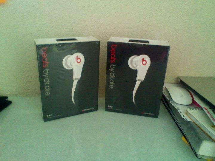 audífono IN EAR, ideal para ser usados en cualquier parte y situación, los mas baratos de toda la linea Beats by Dre    Colores: Blanco, Negro con Rojo