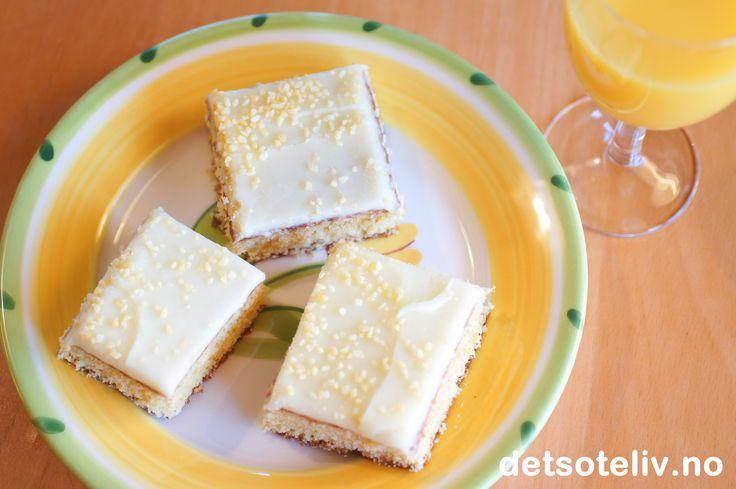 """""""Juicekake"""" er en kjempegod og svært saftig langpannekake som inneholder appelsinjuice i både kakedeig og i glasuren. Juicen gir kaken en nydelig smak! Oppskriften er til stor langpanne."""