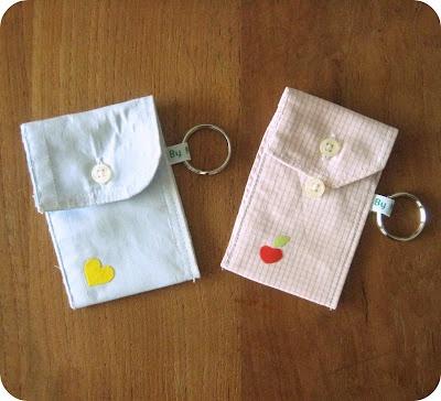 Een sleutelhanger-tasje, gemaakt van overhemd boordjes,  handig voor wat kleingeld of pasjes