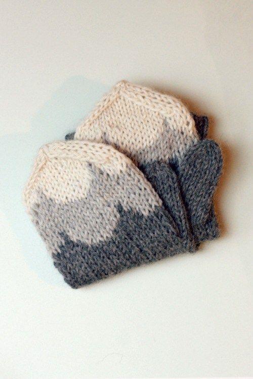 Ensin lankaa jäi viltistäyli sen verran, että aloin tekemään neuletakkia. Takin edetessä lankojajäi yli, joten päätin hyödyntää jämät ja ostaa lisäksi pari kerääherkkuvärejä ja tehdä sukat, …