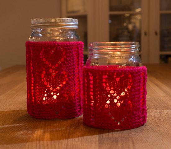 Lyslykt-trekket er strikket frem og tilbake i dobbelt bomullsgarn og passer til 1/2 og 1 liter Norgesglass.