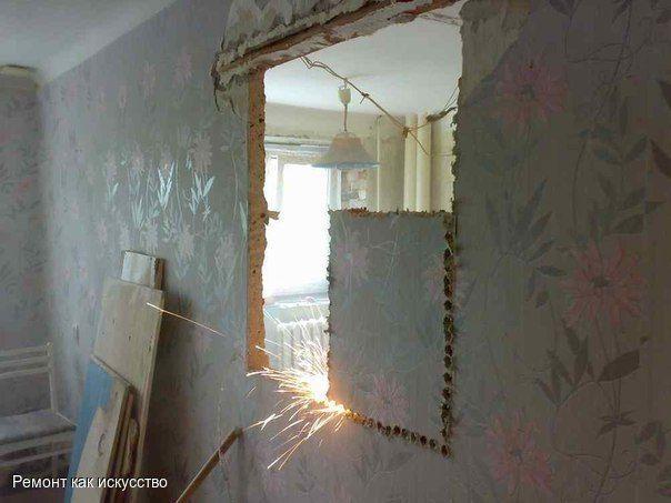Как сделать проем в стене  Проемы в стене служат не только для установки дверей. Они могут стать оригинальным украшением квартиры, создающим иллюзию пространства. Мы расскажем вам об общем принципе работы. А то, каким будет конечный результат, решать уже вам. Проем можно заполнить полочками и вьющимися растениями, закрыть узорным стеклом или вовсе превратить во встроенный шкаф.  Материалы и инструменты Болгарка с алмазным кругом Пылесос Деревянные рейки Полиэтиленовая пленка Внимание…