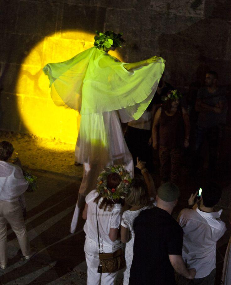 Una danzatrice, avvolta in una nuvola di velo bianco, ha sorpreso il pubblico di #wianki sul #tevere, manifestandosi inaspettatamente lungo la riva del fiume. Danzando su trampoli, seguita da ragazzi e ragazze, tutti vestiti di bianco e con #ghirlande di fiori sul capo. Il lancio delle #wianki sul fiume, come da tradizione, ha segnato l'apice del rito il cui significato è stato raccontato da Monika Bulaj. #Polonia #Roma @PoloniaTurismo