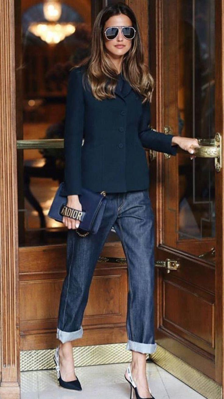 Kurze Boyfriend-Jeans mit Dior J & # 39; begeistert von Pumps und einem schwarzen langärmeligen Kurzarmpullover. Mit Dior-Kupplung.  #begeistert #boy…