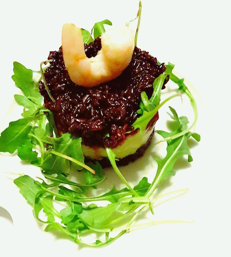 Superposition de riz noir, avocat ,            betterave et scampis      Ingrédients :    Pour 2 personnes :     50 gr d...