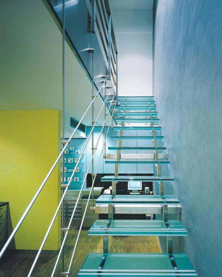 Hubertus Apotheke, Glastreppe zu Arbeitsplätzen und Komissionierautomat im 1.OG