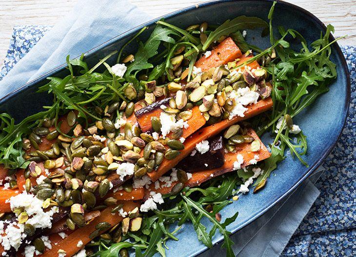 Bagte gulerødder er super lækre på denne salat af rucola og med smuldret feta - nem og hurtigt at lave og smager fantastisk - få opskrift her