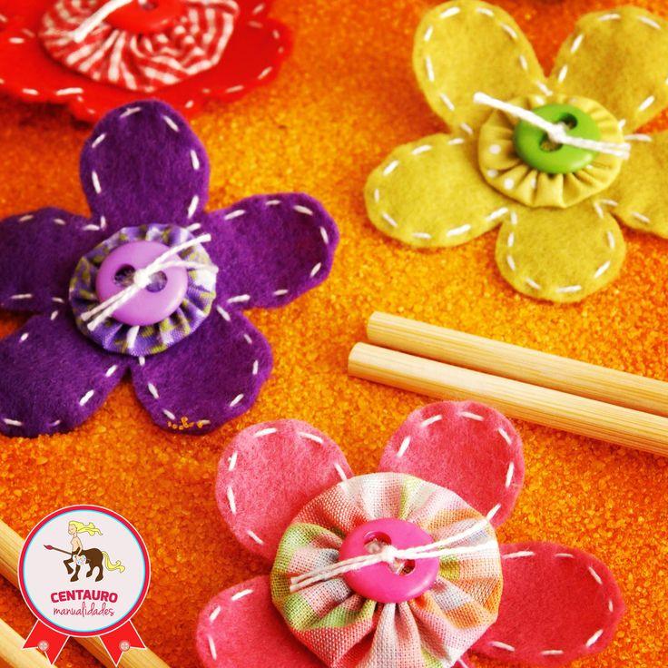 Con algunos botones de colores y flores en paño lency, podrás decorar la superficie que más te guste. ¡Dale rienda a tu creatividad!