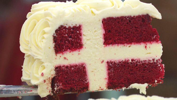 Perfekt fødselsdagskage. Kagen har et smukt snit af Dannebrogsflaget lavet af røde vaniljebunde og sød limecreme med hvid chokolade.