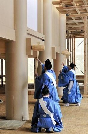 Shinto ceremony     伊勢神宮内宮 立柱祭で木づちを使い正殿の柱を打ち固める小工