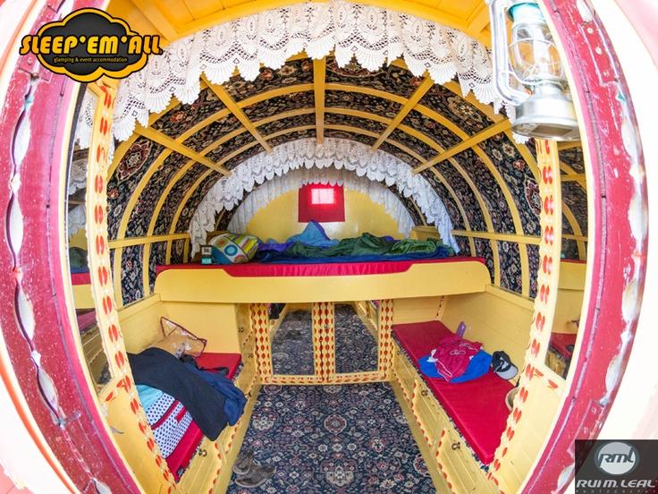 Dentro duma das nossas Gypsy Caravans.  How one of our Gypsys Caravans looks inside.