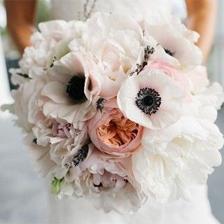 Ein Traum mit Vintage-Appeal: Brautstrauß in zartrosé mit Anemonen, Pfingstrosen und Lavendelzweigen