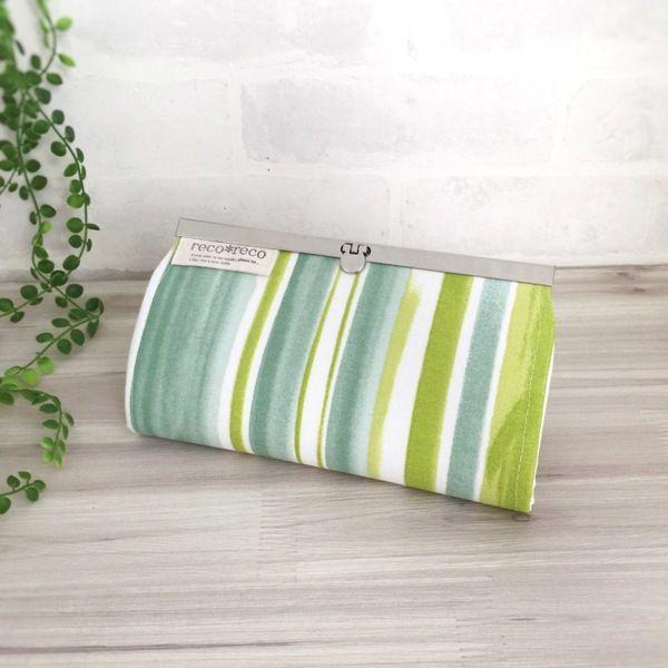 絵具で線を書いたようなグリーンのナチュラルで爽やかな長財布。  オックス生地ですのでしっかりとした布生地です。   内布には綿麻生成り生地を使用。   ファスナー式の小銭入れ1つ。カードは12枚収納可能ですが、入れすぎにご注意ください。  お札入れに仕切りを付けました。 ●カラー:黄緑・緑・白・生成り●サイズ:縦 11.1cm  横 20cm●素材:綿生地・金具●注意事項:ハンドメイドの為、至らない所も在るかとは思いますが、風合いとして楽しんで頂けましたら幸いです。商品の色は、ディスプレイやモニターなどによって差異が生じることがあります。ハンドメイド品をご理解頂けない方、または、神経質な方は、申し訳ありませんがご購入をお控え下さいますようお願い致します。●作家名:reco*reco#口折れ金具タイプ #ファスナー #ジップ #財布 #長財布 #布雑貨 #カード入れ #小銭入れ #通帳入れ #ロングウォレット #布製 #薄いのにたくさん入る #スマート #ロングタイプ #かわいい #大人可愛い #おしゃれ #個性的 #レディース #多機能 #仕切り #収納力抜群…