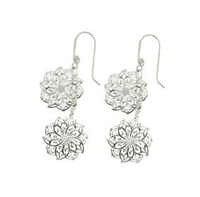 ORECCHINI IN ARGENTO RODIATO E FIORI TRAFORATI  Orecchini in argento rodiato con pendenti traforati a forma di fiore  Prices: $99.15