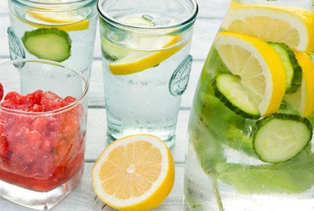 Een heerlijk verkoelend drankje van citroenwater met komkommer. Ideale dorstlesser voor in de zomer. Koel, fris en gezond! Naast cirtoen en komkommer gaat er ook munt in het water. Qua smaakjes kan je trouwens eindeloos variëren. Ook lekker met koolzuur houdend water en voor de liefhebber kan er natuurlijk ook een scheutje drank doorheen.